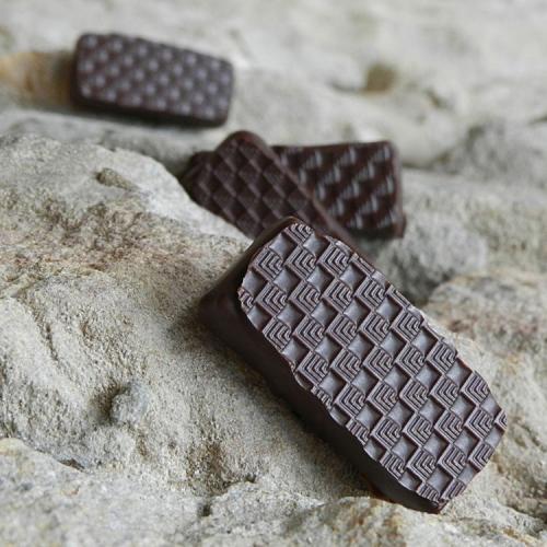 Ganache noire au pamplemousse et au poivre Timut (Le poivre Timut provient du Népal et possède des tonalités fruités de pamplemousse).