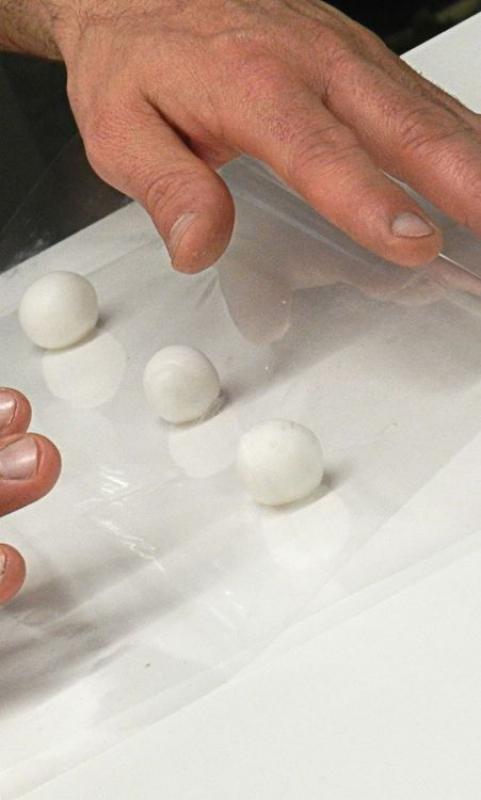 Démarrage du modelage d'une rose en pâte à sucre