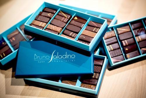 Coffret empilable de 20 chocolats assortis